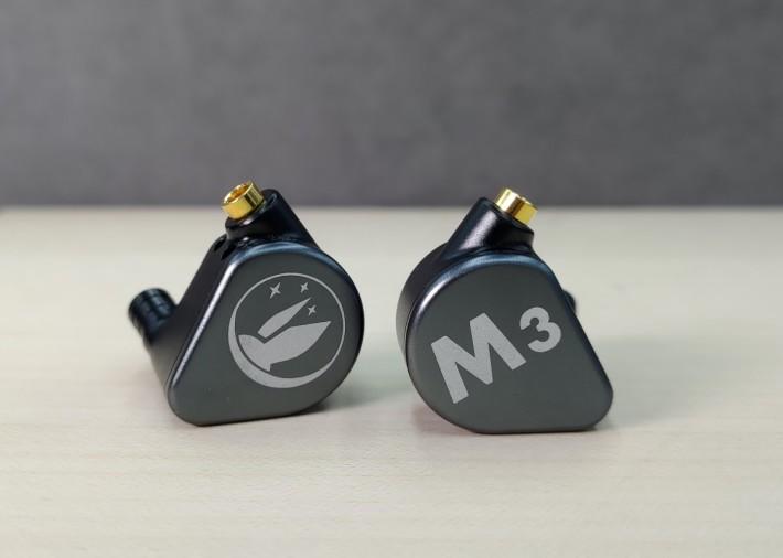 一圈兩鐵的灰黑色 M3,屬中性平衡的耳機。
