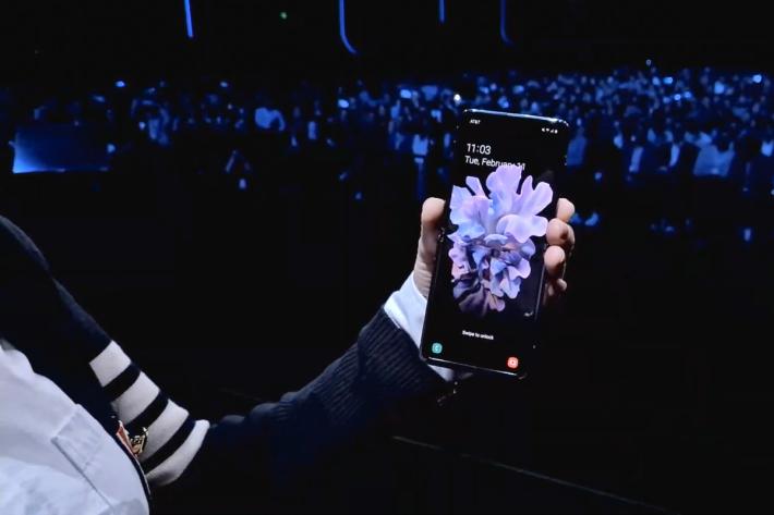 打開後即可見 6.7 吋、21.9:9 的單開孔 Infinity Flex Display。