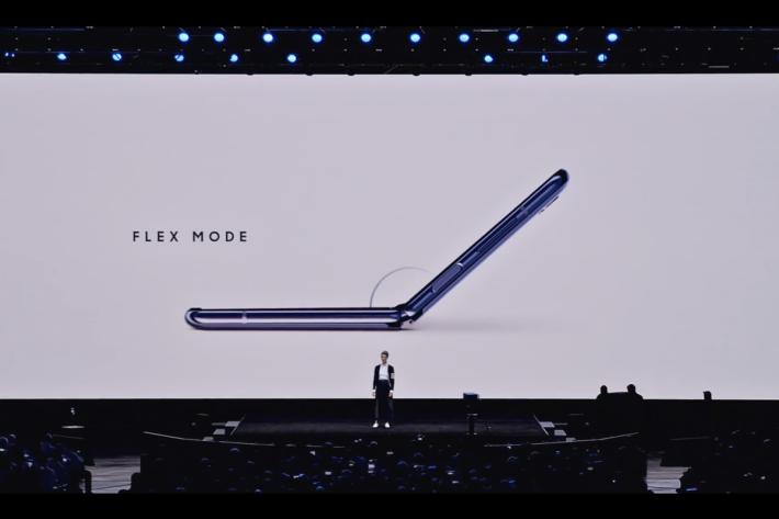 Flex Mode 特別之處在於當半摺疊放置時,屏幕會自動分為兩個 4 吋屏幕:在屏幕上半部分可查看相片、影片或其他內容。