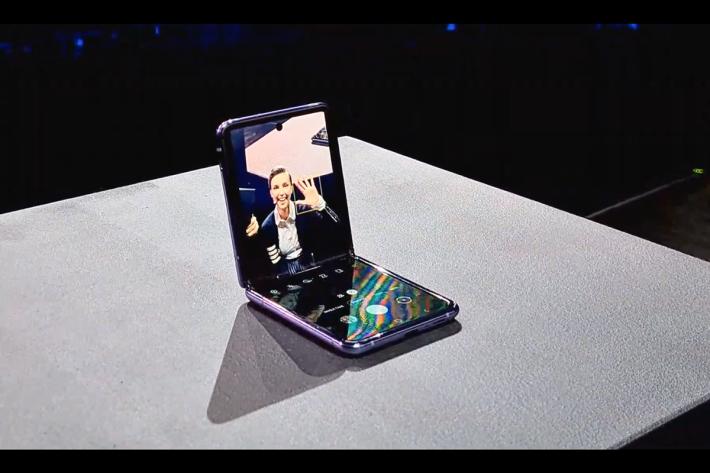 打開手機放好在檯面之後,即可更方便地進行自拍或視像通話。