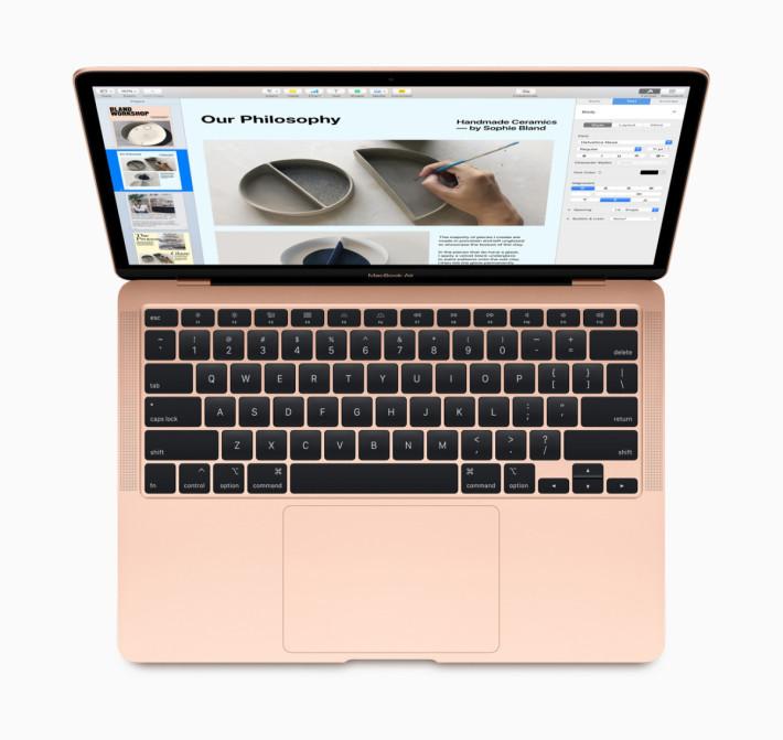 換上了較好手感的剪刀結構鍵盤,觸控板面積加大 20% ,並配備 Touch ID 。