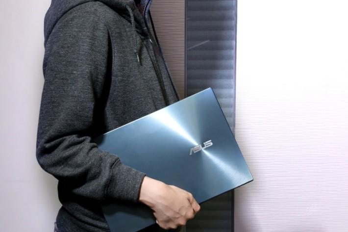 ZenBook Duo的重量比Pro版減少1kg,14吋的機身尺寸也方便攜帶。