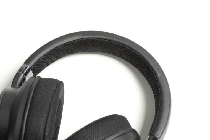 頭帶及耳罩皆是使用厚身的記憶棉,戴起來十分舒適。