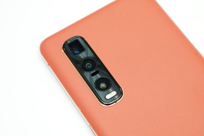 三鏡頭的主鏡使用了 Sony IMX586的48MP 感光元件,配合 12MP 超廣角及 13MP 遠攝鏡,提供 10 倍混合變焦及 60 倍數碼變焦能力。