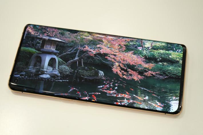屏幕支援 8+2-bit(10.7 億色)色彩顯示,畫面顏色的確細緻。