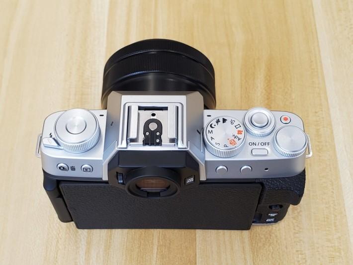機頂的操作轉盤及按鍵很有舊式相機的味道。