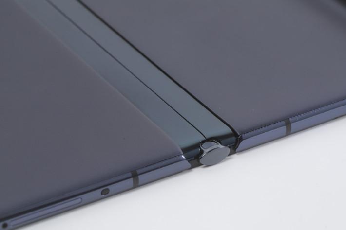 鷹翼摺合設計,以含鋯金屬的物料打造,令結構更堅固耐用。