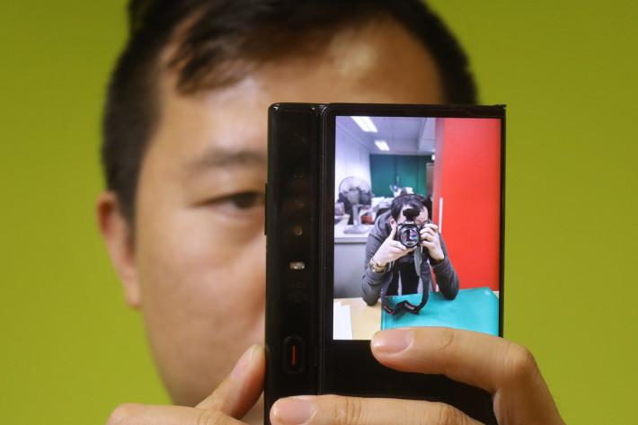 """6.38""""「副屏幕」主要用於拍攝時副屏幕協同功能,讓拍攝者可以看到自己,擺好靚 pose。"""
