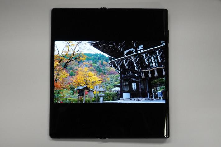 """睇片:用 8"""" OLED 巨屏睇片感覺震撼,黑位及層次表現極之不錯。"""