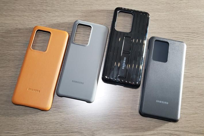 左起:真皮背蓋($328、S20+ 及 S20 Ultra 適用)、薄型背蓋( $198、S20、S20+ 及 S20 Ultra 適用)、立架式保護皮套($268、S20+ 及 S20 Ultra 適用)、 LED 皮革翻頁式皮套($398、S20、S20+ 及 S20 Ultra 適用)。