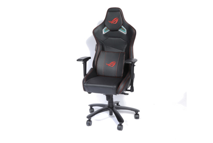 本次主角 ROG Chariot 使用常見的賽車椅設計,以黑、銀、紅配色打造出搶眼造型。