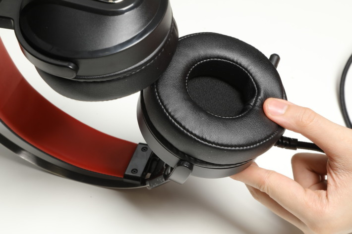 耳罩使用厚身的記憶棉提供更舒適的配戴感。