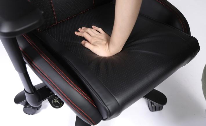 椅墊部分的承托力極高,筆者要用一定定力度按陷進去。