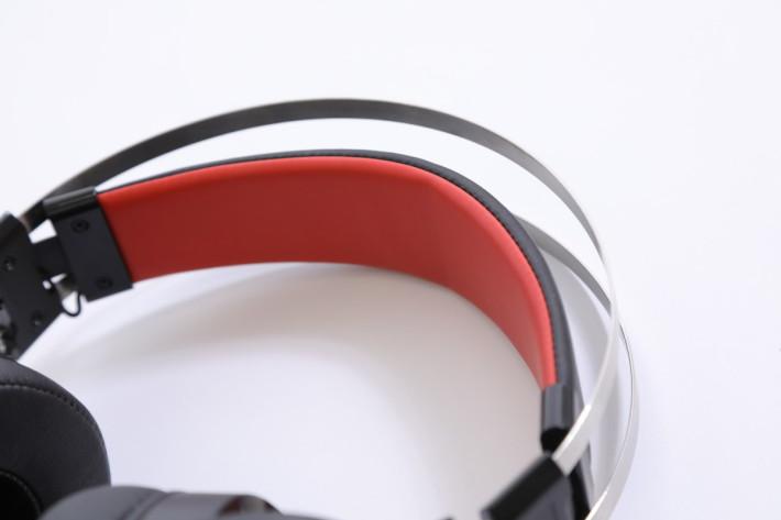 頭帶以可彈性伸縮,合適所有頭型的玩家。