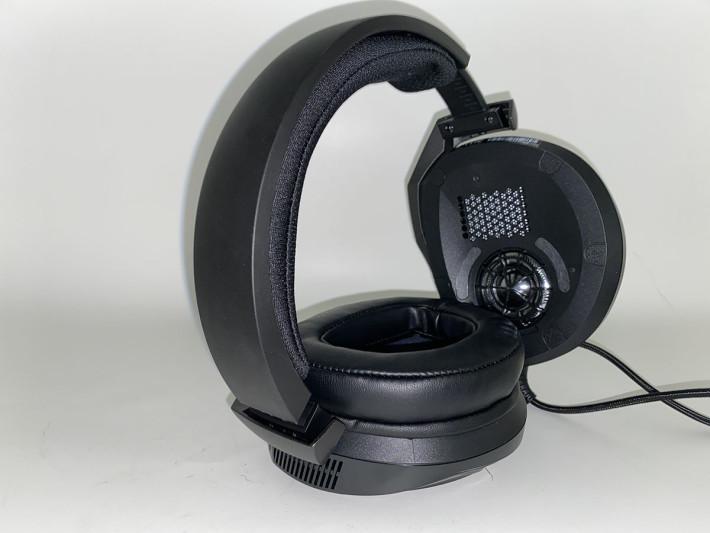 在耳罩下可以看清楚上方的駐極體單元,以及位於下方的釹磁鐵低音單元。