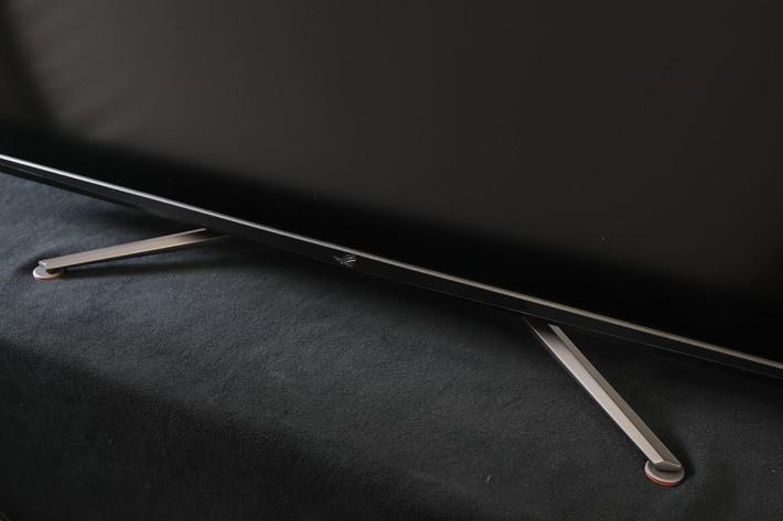 ROG Swift PG43UQ 的 V 型支架可以穩定支撐屏幕。