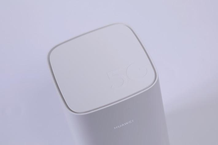 頂部印有5G字樣亦有空隙幫助散熱。