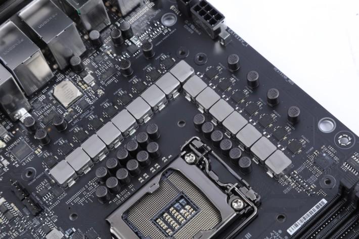 全板採用 16 相 CPU 供電
