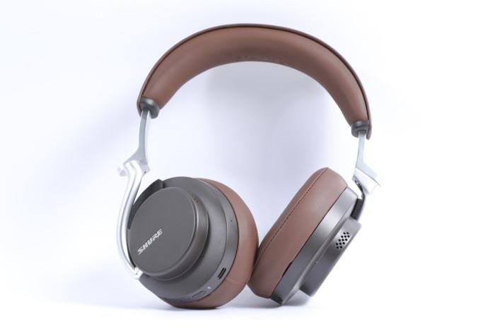 AONIC 50 也是 Shure 首次推出的無線降噪大耳牛,啡色一款頗具懷舊風味。