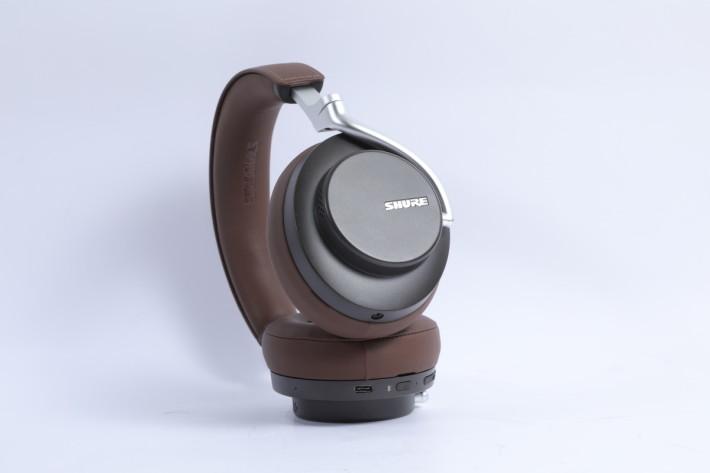 兩邊耳筒分別備有3.5mm 及 USB-C 插頭,可連接不同的播放裝置。