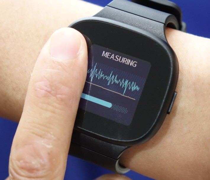 一般 Smart Watch 僅能提供一個監測點,作用有限。圖為 ASUS Vivo Watch BP。