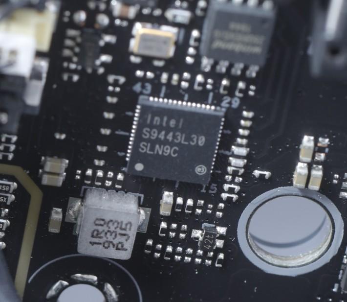 這顆毫不起眼的晶片,便是 Intel I225-V 2.5Gb LAN。