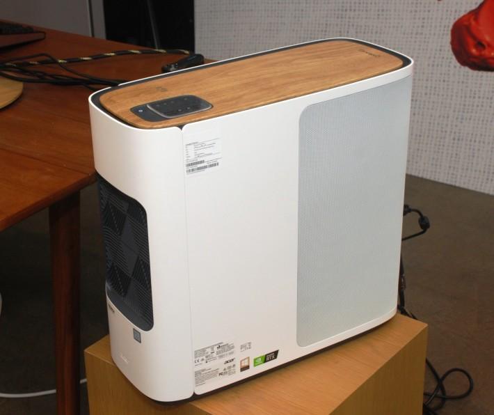 Acer ConceptD 500 CT500 電腦,擁有木紋效果上蓋。