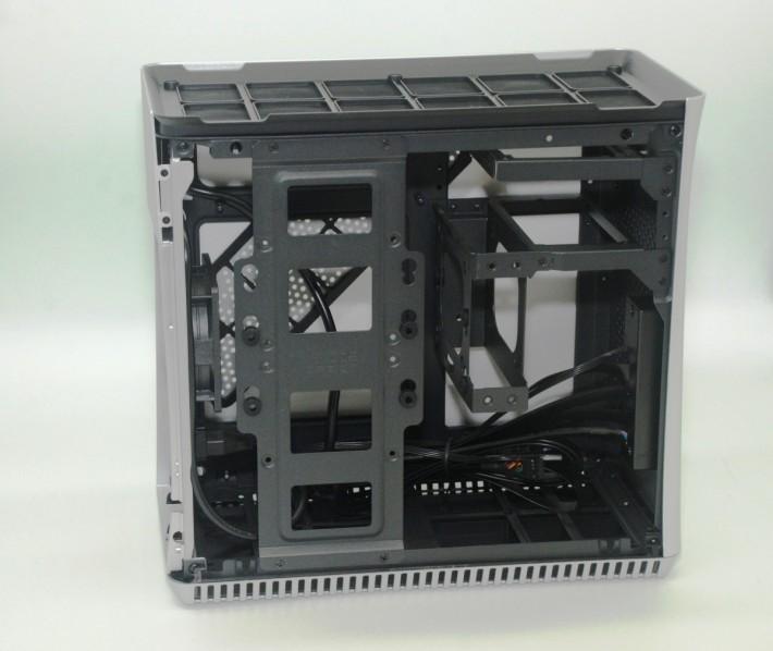 機箱內部空間十分緊湊,安裝時需先注意硬件尺寸是否合適。
