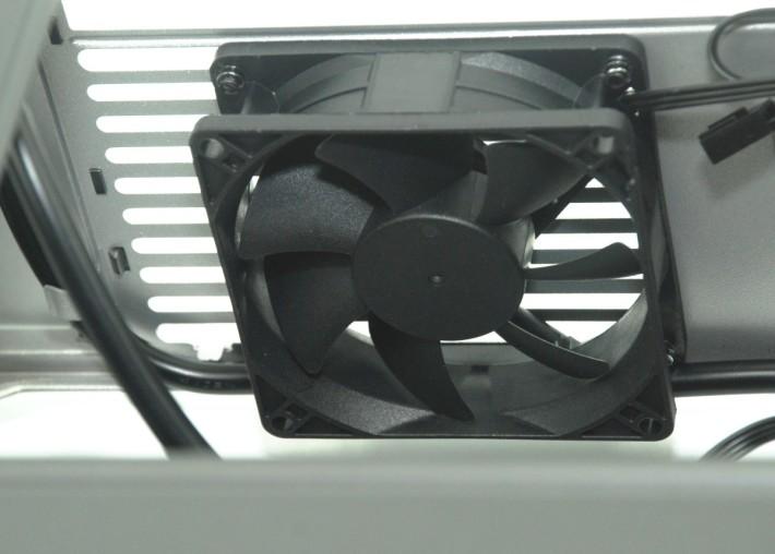附送一把 SSR3 80 mm 後方風扇