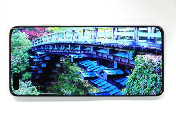 HUAWEI P40 Pro 的 6.58 吋 OLED 屏幕質素高,顏色表現豐富,光度相當足夠。