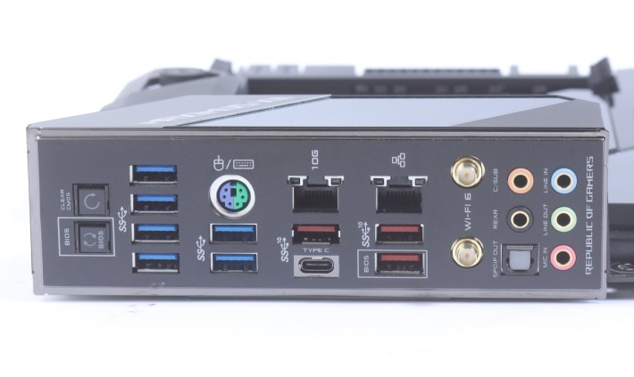 背板共有 10 組 USB 3.0以上功能,也有 BIOS FlashBack 及 Clear CMOS 按鈕。