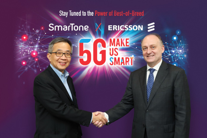 鄒金根與 Magnus Ewerbring 介紹 SmarTone用愛立信技術所建的 5G 網絡。