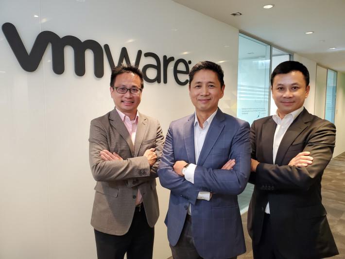VMware 大中華區總裁郭尊華(中)及港澳地區總經理藍建基(右)。