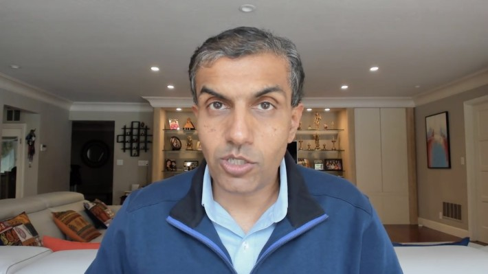 Anil Chakravarthy 同樣在家中錄播主題演講。