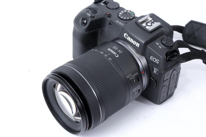 將新的 RF 24-105mm f/4-7.1 IS STM 鏡裝在 EOS R 系無反相機,有著不錯的機動性。