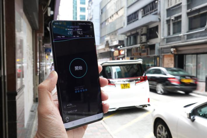 在銅鑼灣街頭進行測試,csl Mobile 的 5G 網絡表現相當強勁。