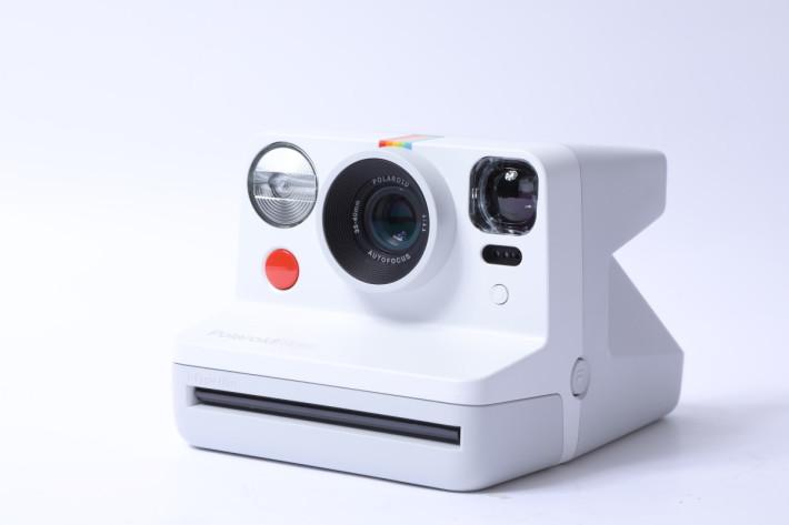 Polaroid Now 的機身設計較圓渾,基本佈局則與以往 OneStep 系列分別不大。