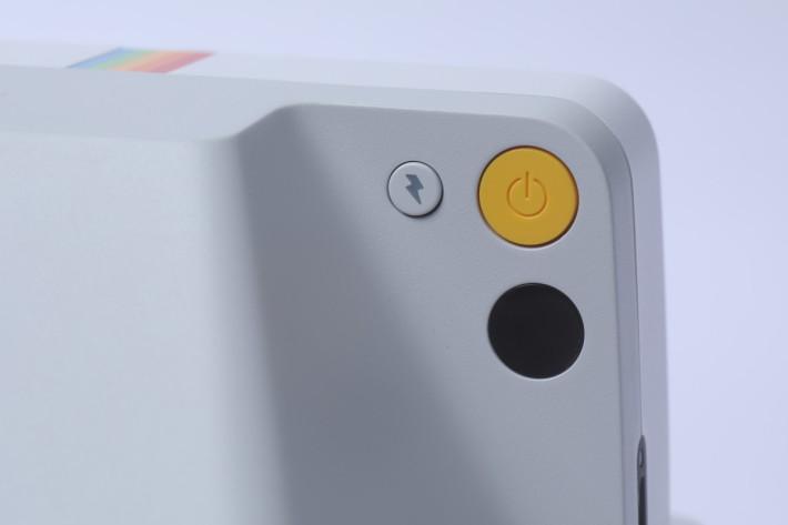 電源鍵改為黃色圓鍵而非以往的啪掣,下面的圓形屏幕是相紙數字燈。