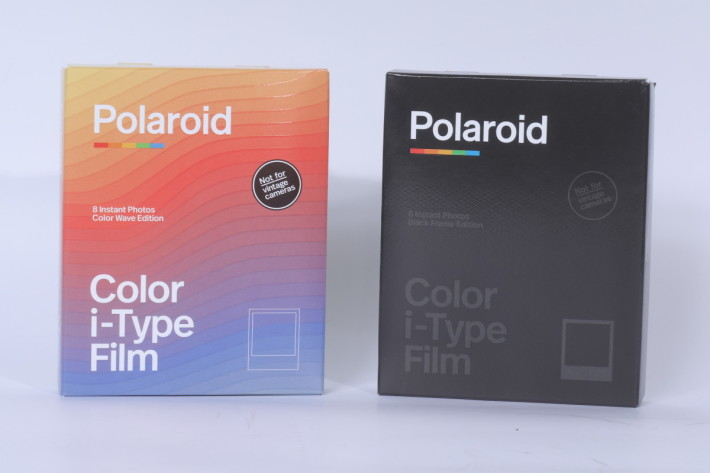 Polaroid Now 推出的同時也有新的波浪紋 Color Wave 及黑框 BlackFrame 兩款限量版彩色相紙。