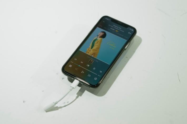 .iPhone X + 原裝 Lightning 至 3.5mm 耳機線。