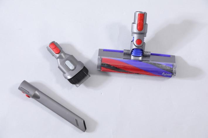 跟機有三種吸頭,右邊的軟絨毛滾筒吸頭為重新設計,整體更小巧。