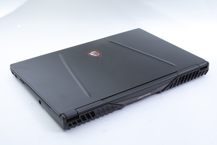 新機秉承 MSI 電競筆電愛用的跑車型設計。