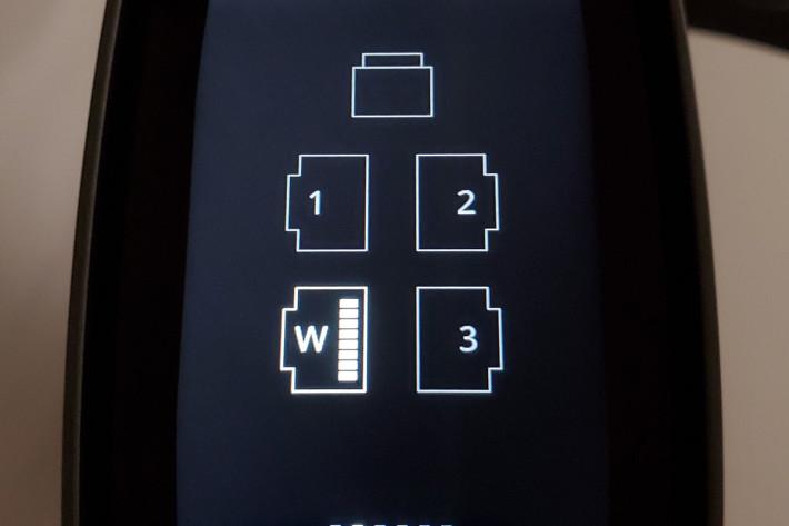 機頂設有 LCD 屏幕,可顯示已連接的有線網絡介面。