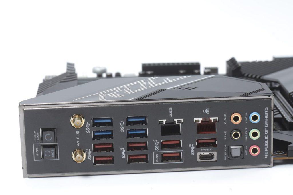 背板已不提供顯示輸出,但 USB 總數達 12 個之多。