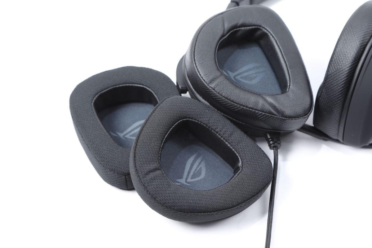內部使用蛋白質耳罩,隨產品而來亦有一對透氣耳罩替換。
