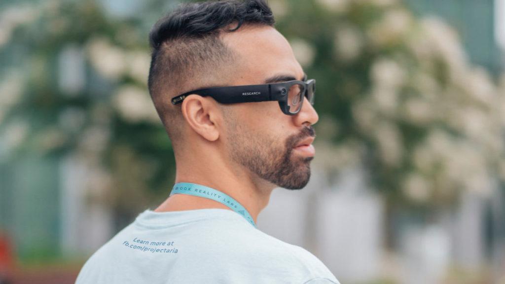 Facebook 職員戴著 Facebook 智能眼鏡原型進行測試。