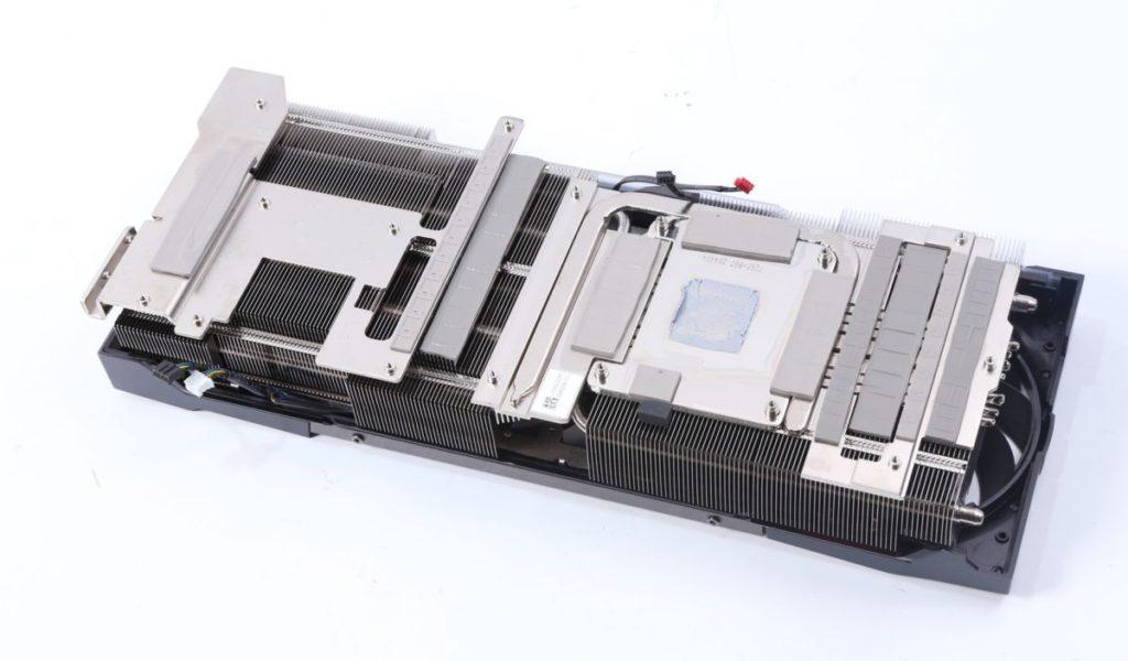 碩大的鍍鎳銅底座可以大量吸收由 GPU 產生的熱能