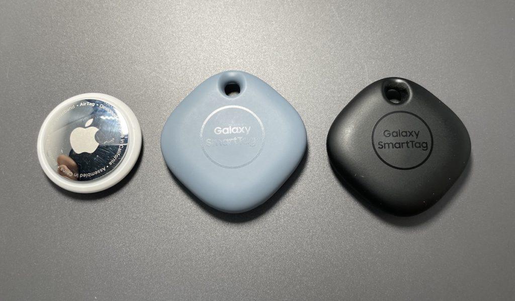 中間的 Samsung Galaxy SmartTag+ 較左邊的 Apple AirTag 和右邊的藍牙版 Galaxy SmartTag 略大,但配備有掛繩孔方便與繫上物件。