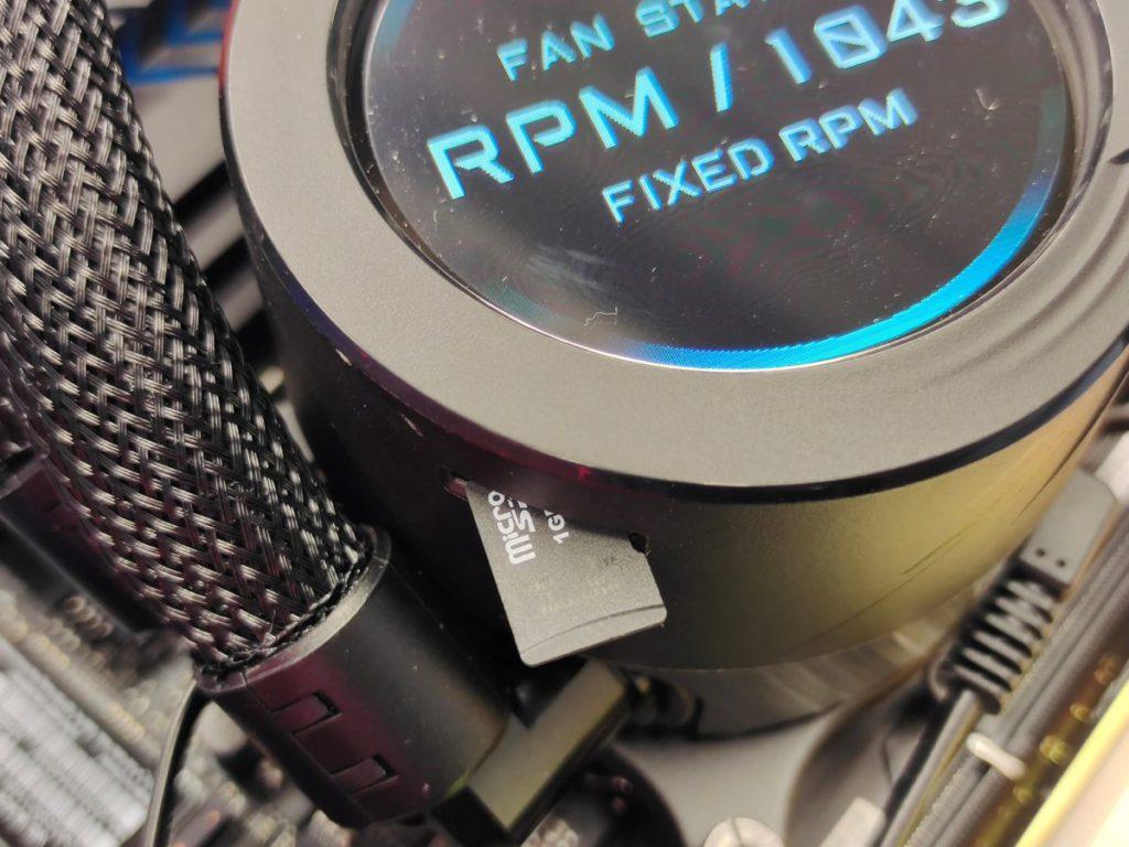筆者首次見到水冷採用 Micro SD 卡插槽設計,作用是透過 Micro SD 卡播放影片和照片,不受水冷設備內建記憶體容量的限制。