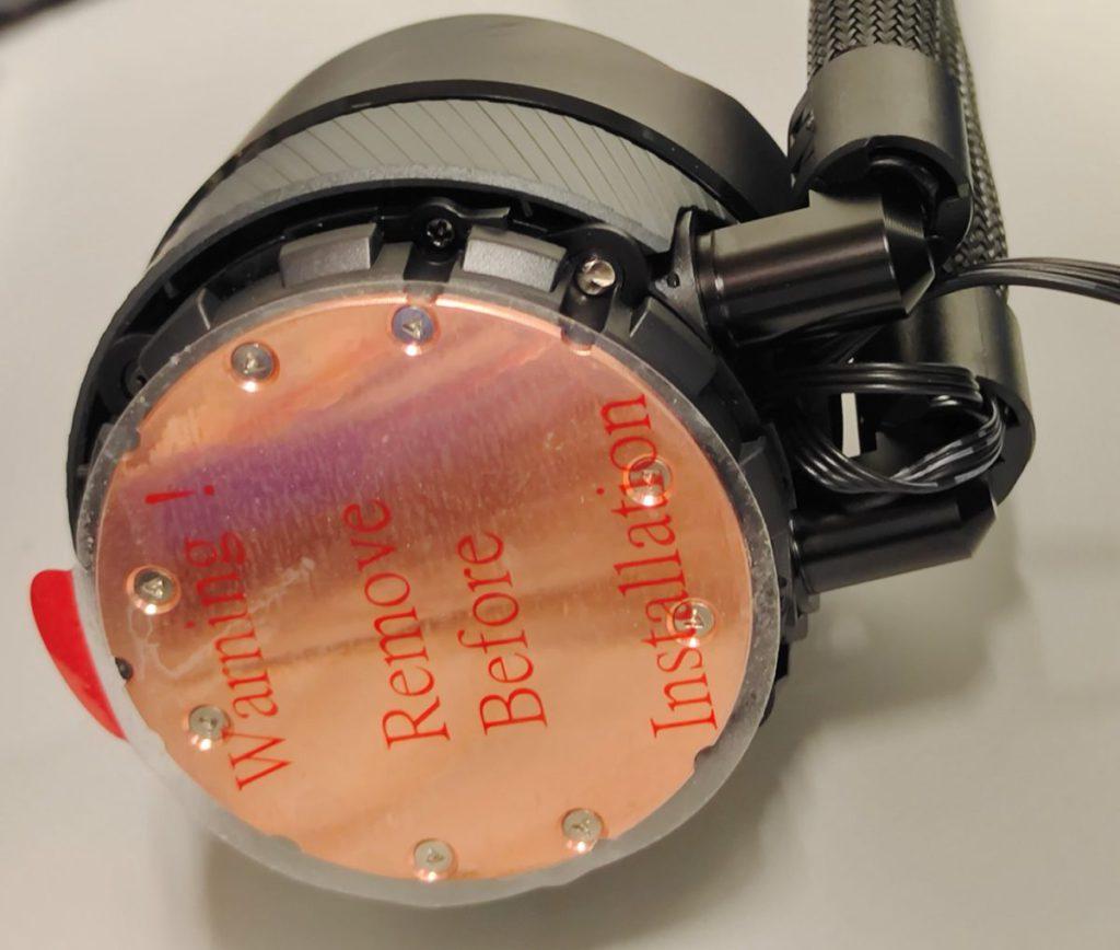 銅製水冷底座出廠時貼有保護貼,使用時別忘了移除。